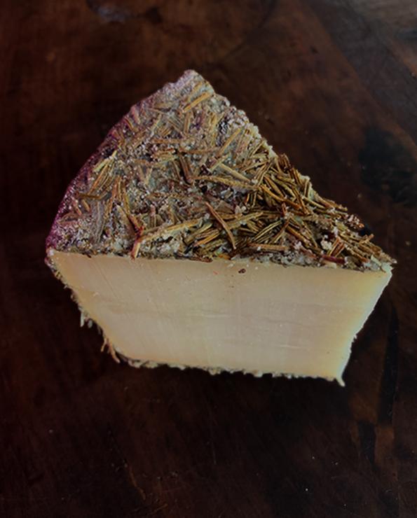 cuña de queso curado Pago los Vivales.
